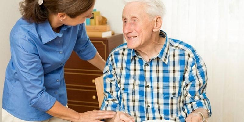 Женщина общается с пожилым мужчиной