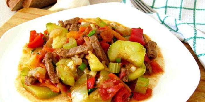 Тушеная с овощами говядина в тарелке
