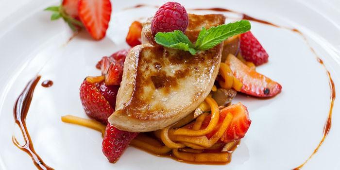 Фуа-гра с беконом, ягодами и бальзамическим соусом