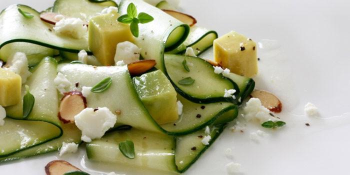 Салат из разных сортов сыра и свежих кабачков