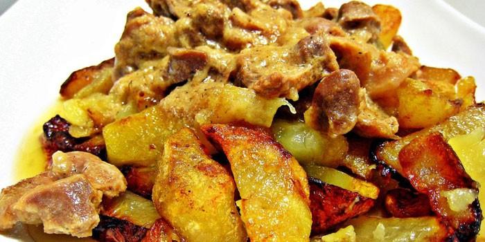 Жареный картофель по-деревенски  с лисичками и мясом