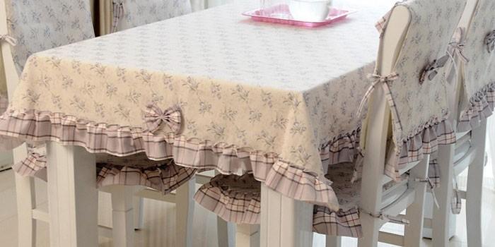 Скатерть и чехлы на кухонные стулья