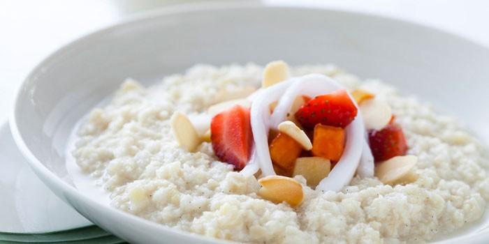 Рисовая каша на топленом молоке с ягодами