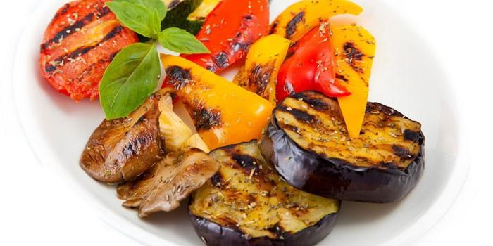 Овощи гриль на тарелке