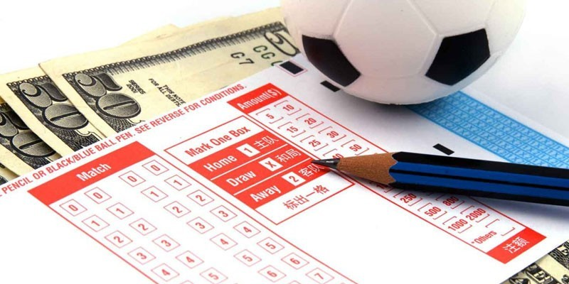 Ставки, мяч и денежные купюры