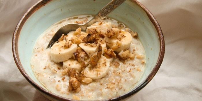 Молочная овсянка с орехами и бананом