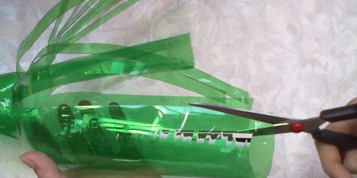 Разрезание бутылки ножницами