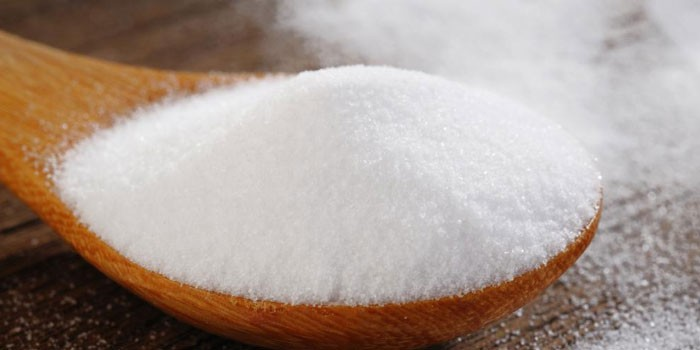 Пищевая сода в деревянной ложке