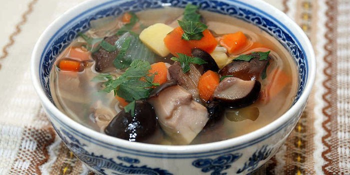 Суп из свежих грибов в тарелке