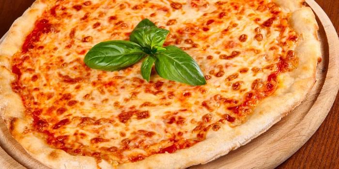 Пицца Маргарита на дрожжевой основе