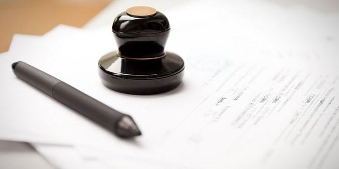 Печать и ручка на документах