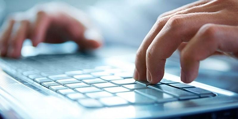 Человек печатает на клавиатуре