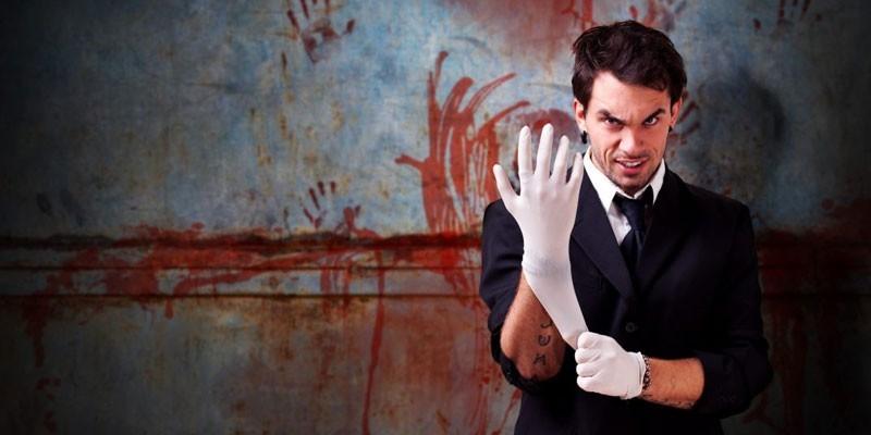 Мужчина в резиновых перчатках