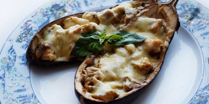 Лодочки из баклажанов с куриным мясом и сыром