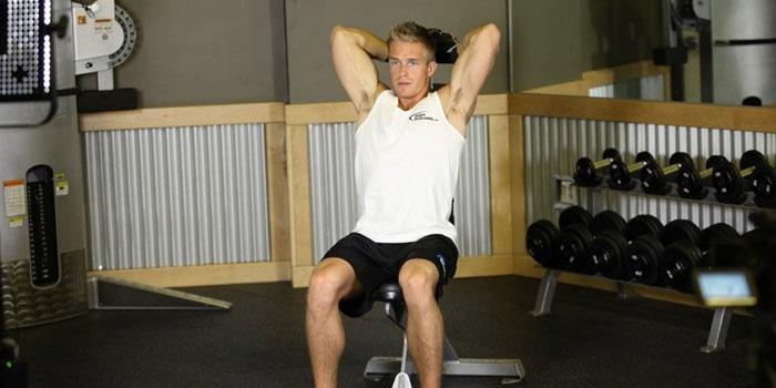 Мужчина тренируется в зале