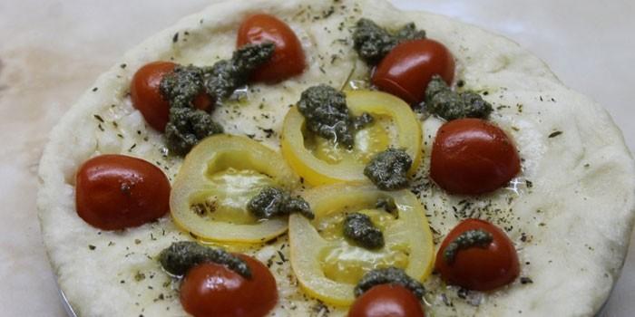 Фокачча с соусом песто, солеными и свежими помидорами