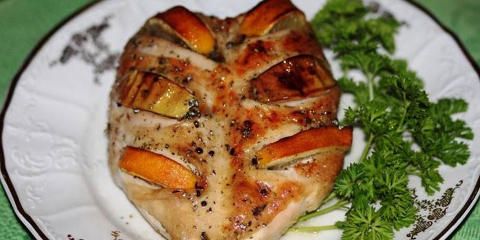 Запеченная куриная грудка с яблоками на тарелке