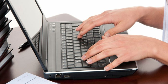 Девушка работает за ноутбуком
