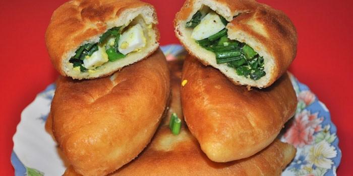 Готовые пирожки с зеленым луком и яйцом