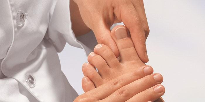 Врач осматривает ногу пациента