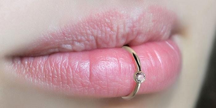 Сережка в нижней губе