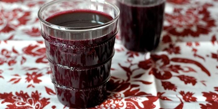 Вишневый компот в стакане