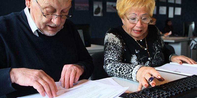 Пожилые люди работают с документами