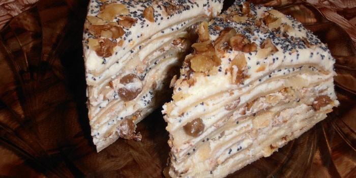 Два кусочка блинного торта с творожным кремом с изюмом и маком