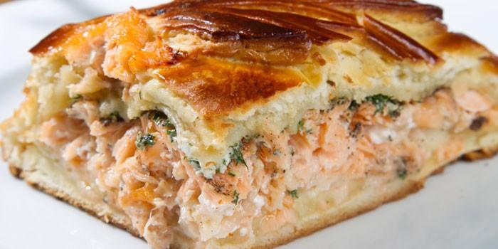 Пирог из дрожжевого теста с рыбным фаршем