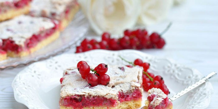 Пирог со свежей красной смородиной