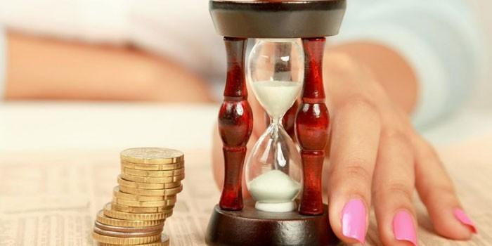 Песочные часы и монеты