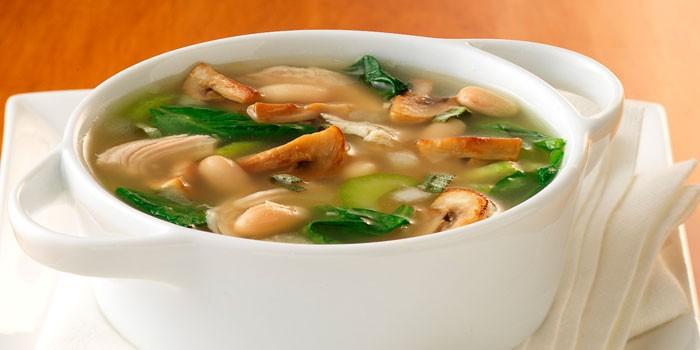 Суп из замороженных грибов в тарелке