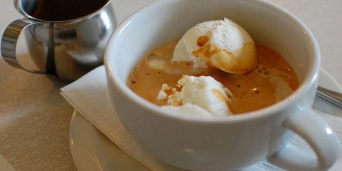 Кофе гляссе с коньяком в чашке