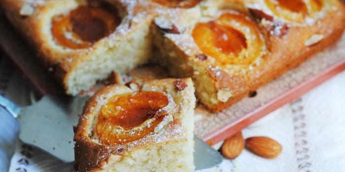 Готовый пирог с абрикосами