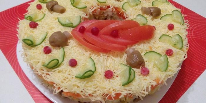 Готовый салат Русская красавица на блюде