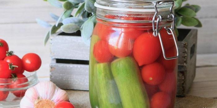 Маринованные огурцы и помидоры в банке