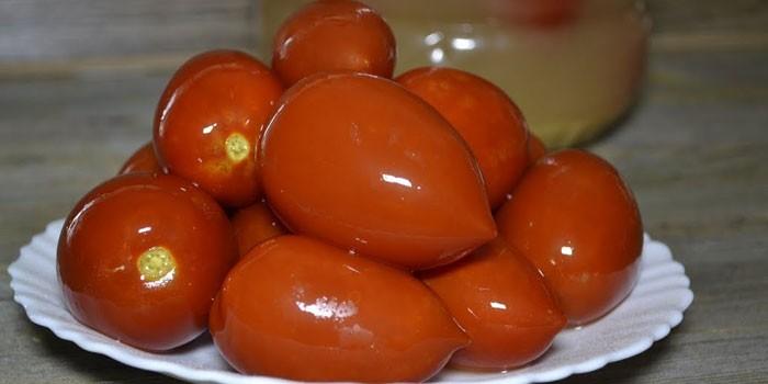 Готовые соленые помидоры с горчицей на тарелке