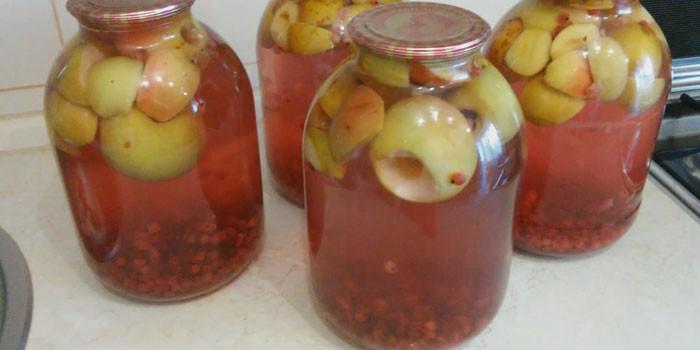 Яблочно-смородиновый компот в банках