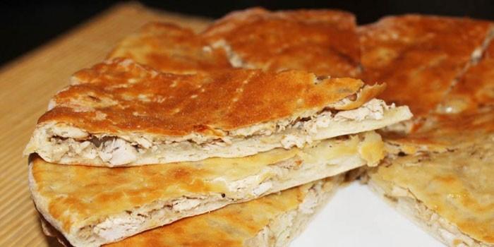 Пирог из пресного теста с начинкой их куриного мяса