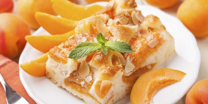 Открытый абрикосовый пирог с миндалем