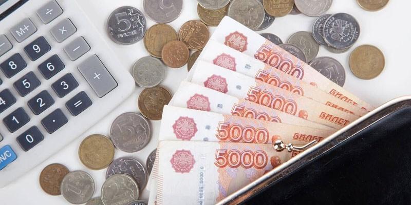 Денежные купюры, монеты и калькулятор