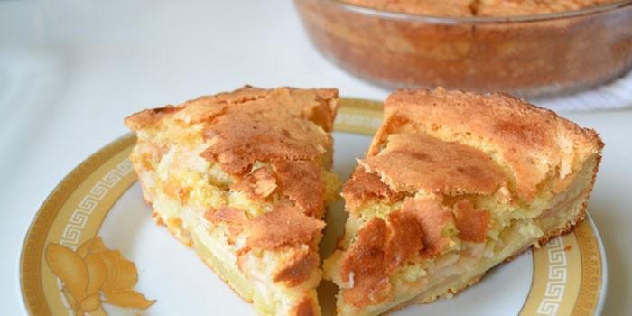 Пирог с начинкой из ревеня и яблок