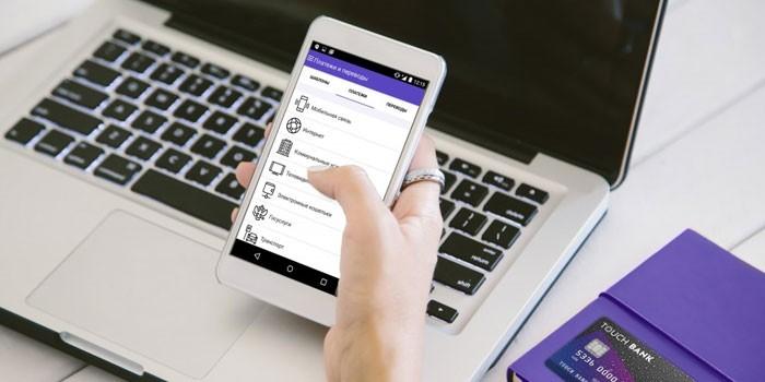 Ноутбук и смартфон в руке