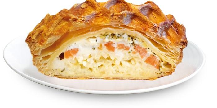 Кусочек пирога из слоеного теста с начинкой из риса и красной рыбы