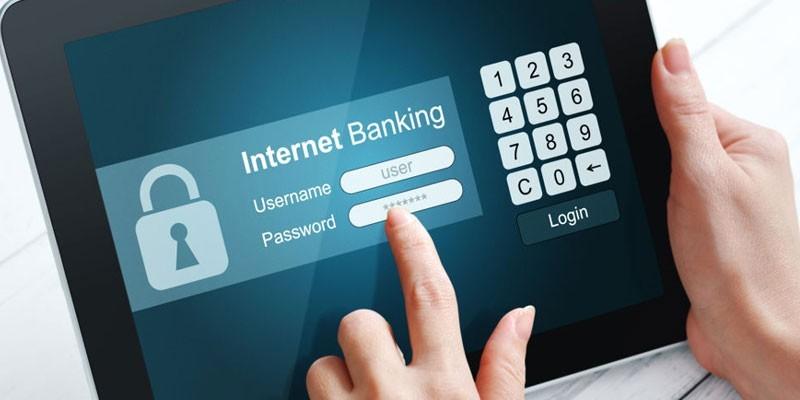 Интернет-банкинг на экране планшета