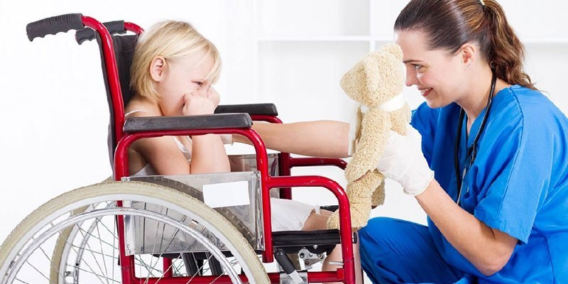 Ребенок в инвалидной коляске и врач