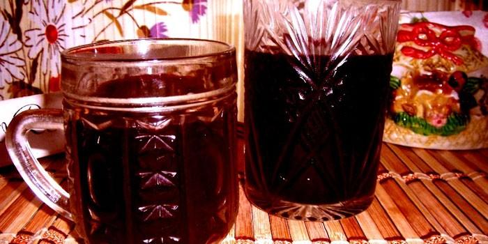 Квас из свеклы в кружке и стакане