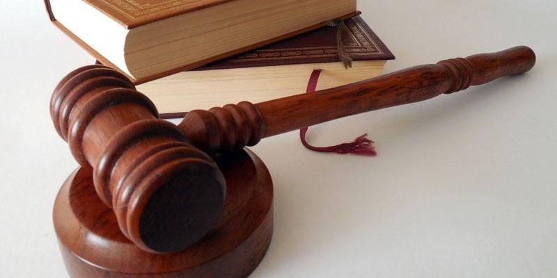 Судейский молоток и книги