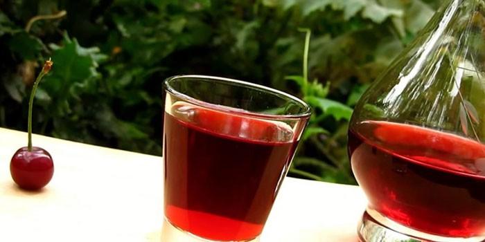 Бутылка и рюмка с настойкой из вишни без водки