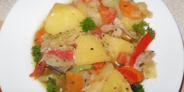 Приготовленное в мультиварке овощное рагу с куриным мясом